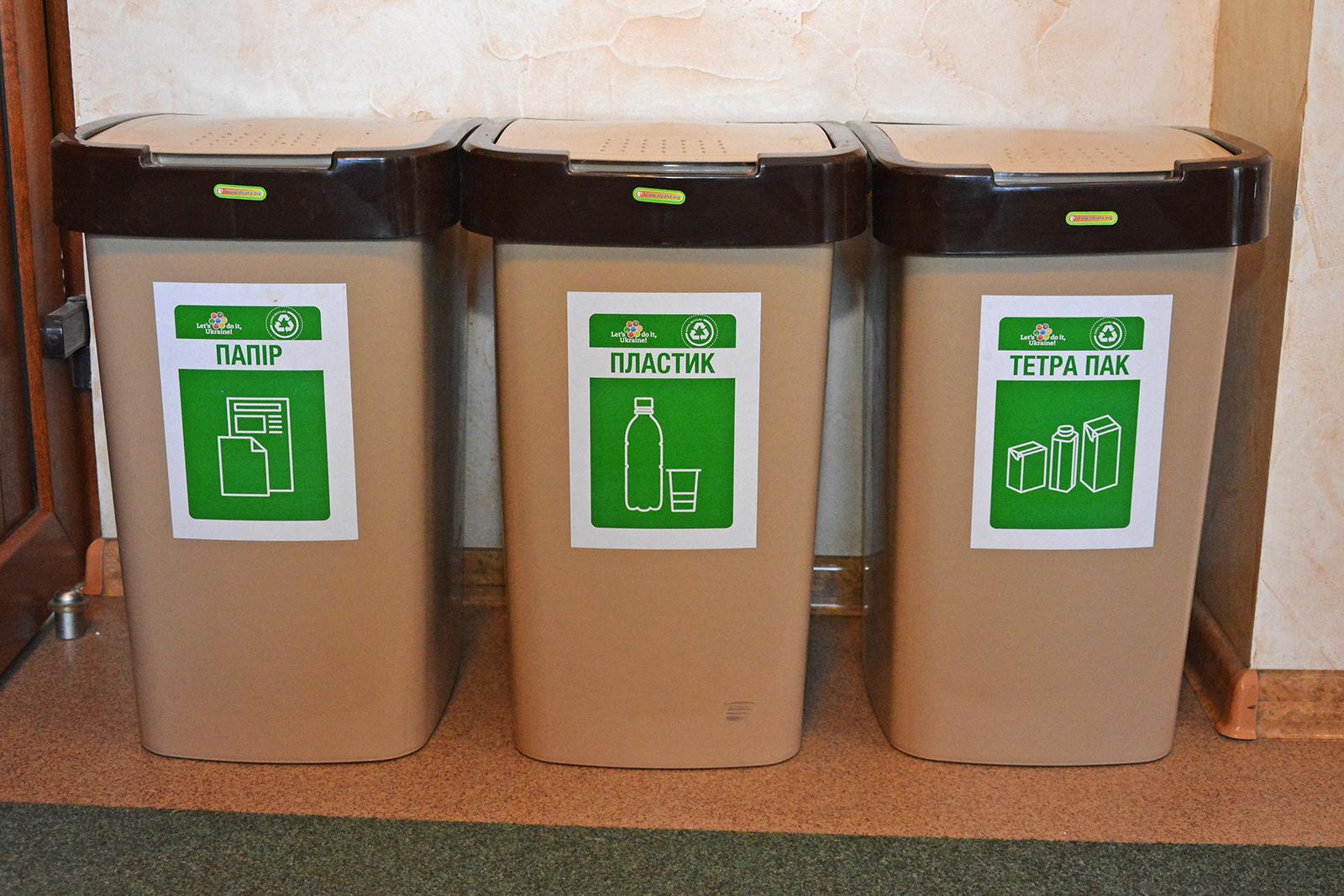 Контейнери для роздільного збору сміття всереді шкіл